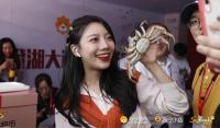 苏宁力邀的24位主播现身开湖仪式各出奇招卖大闸蟹